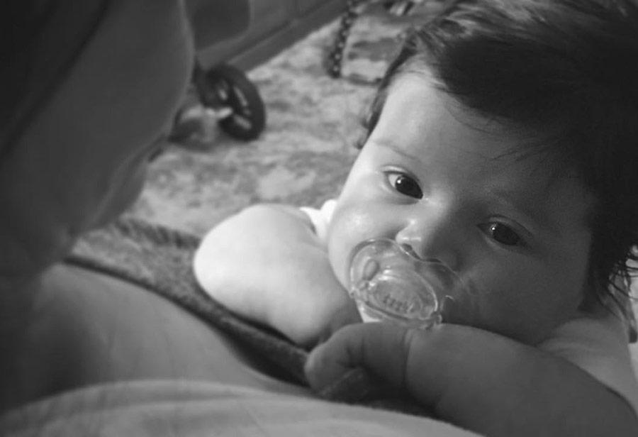 Bebê Laura no Colo da Mamãe
